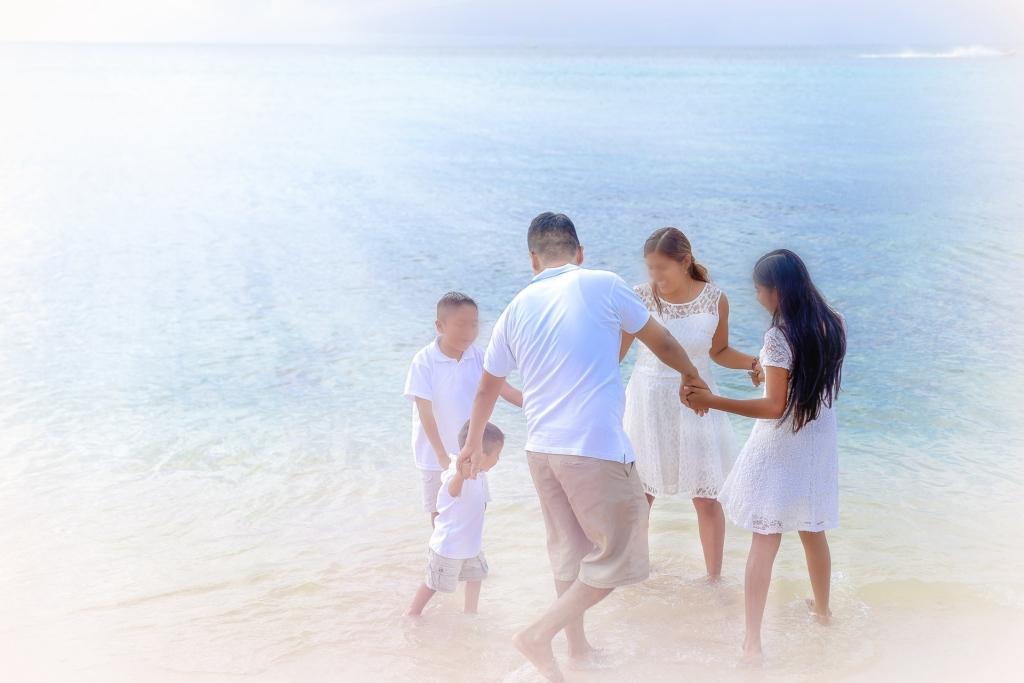 family of 5 on beach